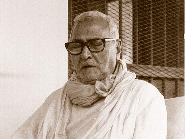 Srila-Sridhar-Maharaj-Contemplating