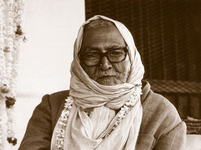 Srila-Sridhar-Maharaj-Instructing-BW